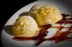 Eiscreme und karamellisierter Zucker stockbild