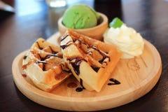 Eiscreme und Waffel grünen Tees Matcha Stockbild