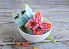 Eiscreme wird in Form von Schmetterlingen gemacht Stockbilder