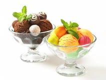 Eiscremecoupés mit Schokoladentrüffeln und Pralinen Stockfotografie