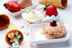 Eiscremeeiscremebecher, Waffelkegel, Erdbeere und Süßigkeiten Stockbilder