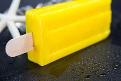 Eiscremestock mit gefriert Würfel auf schwarzem Hintergrund lizenzfreie stockfotos