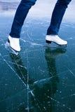 Eisdraußen eislaufen der jungen Frau Stockbild