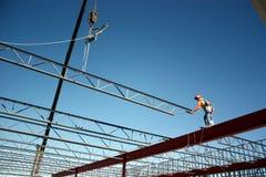Eisen-Arbeitskraft, die Stangen-Balken setzt Lizenzfreie Stockfotos