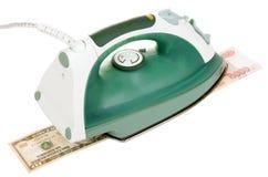 Eisen bügelt Geld Lizenzfreies Stockfoto