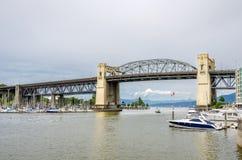 Eisen-Brücke und bewölkter Himmel Lizenzfreie Stockfotografie