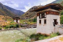 Eisen-Brücke von Kloster Tamchog Lhakhang, Paro-Fluss, Bhutan Stockbild