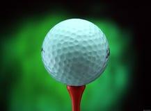 Eisen, das Golfball in der Bewegung schlägt Stockbilder