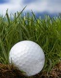 Eisen, das Golfball in der Bewegung schlägt Stockfoto