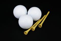 Eisen, das Golfball in der Bewegung schlägt Lizenzfreies Stockbild
