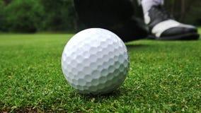 Eisen, das Golfball in der Bewegung schlägt stock video