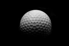 Eisen, das Golfball in der Bewegung schlägt Stockfotografie