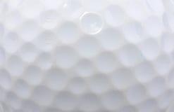 Eisen, das Golfball in der Bewegung schlägt stockbild