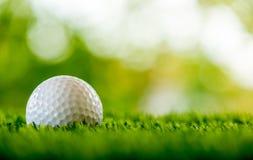 Eisen, das Golfball in der Bewegung schlägt Lizenzfreies Stockfoto