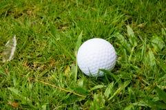 Eisen, das Golfball in der Bewegung schlägt Lizenzfreie Stockfotografie