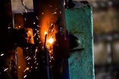 Eisen, das Haust?ren reparierend schwei?t stockfotos