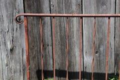 Eisen-Geländer, verrostet, Holz, Bauholz, beunruhigt, draußen lizenzfreie stockfotos