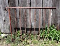 Eisen-Geländer, verrostet, Holz, Bauholz, beunruhigt, draußen lizenzfreies stockfoto