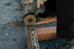 Eisen geschnitten durch Schleifer stockbild