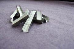 Eisen, Metall, silbrige Heftklammern stockfotos