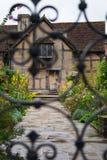 Eisen mit einem Gatter geversehenes englisches Land-Garten-Häuschen stockfotografie