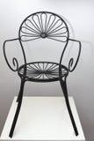 Eisen-schwarzer Stuhl mit Blumen-Auslegung stockfotos