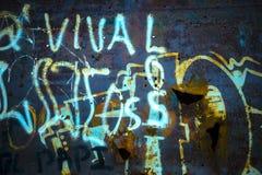 Eisen-Wand-Beschaffenheit mit Graffiti-Tags stockbilder