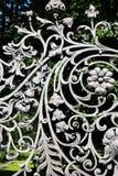 Eisen-Zaun With Floral Decor stockfotografie