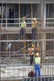 Eisenarbeitskräfte, die Rebar verstärkend binden lizenzfreie stockfotos