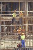 Eisenarbeitskräfte, die Rebar 5 verstärkend binden stockfoto