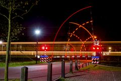 Eisenbahnüberfahrt nachts Stockfotografie