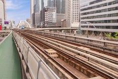 Eisenbahn über dem Boden in der Stadt stockbild