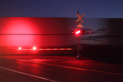 Eisenbahn-Überfahrt nachts Stockbild