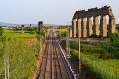 Eisenbahn in altem Rom stockfotografie