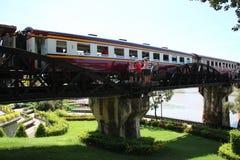 Eisenbahn auf Brückenszene lizenzfreie stockbilder