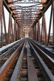 Eisenbahn auf langer Bien-Brücke Lizenzfreies Stockbild