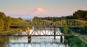 Eisenbahn-Auto überbrückt Puyallup-Fluss Mt Rainier Washington Stockfotografie