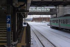 Eisenbahn bedeckt im Schnee und in der leeren Plattform in Hokkaido Stockbilder