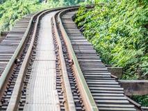 Eisenbahn bildet Bahn auf Holzbrücke aus Lizenzfreies Stockfoto
