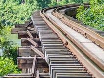 Eisenbahn bildet Bahn auf Holzbrücke aus Lizenzfreie Stockfotografie