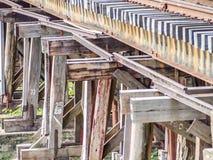 Eisenbahn bildet Bahn auf Holzbrücke aus Stockfotos