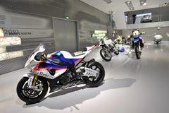 Eisenbahn BMW-S 1000 und andere Motorräder auf Anzeige in BMW-Museum Lizenzfreies Stockbild