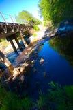 Eisenbahn-Brücke über einem Nebenfluss Lizenzfreie Stockfotografie