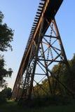 Eisenbahn-Brücke über Gras Stockbild