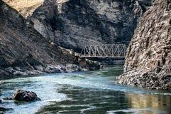 Eisenbahn-Brücke an den Felsen-Bergen Stockbilder
