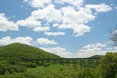 Eisenbahn-Brücke, die das Tal durchläuft Stockfoto