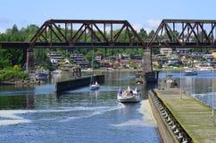 Eisenbahn-Brücke und Schiffe nahe Ballard Washington stockfotos