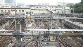 Eisenbahn an der im Stadtzentrum gelegenen ordentlichen Ueno-Station in Tokyo stock footage