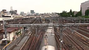 Eisenbahn an der im Stadtzentrum gelegenen ordentlichen Ueno-Station in Tokyo stock video footage