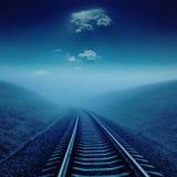 Eisenbahn in der Nacht unter Mondschein Lizenzfreie Stockfotografie
